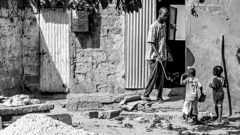 Un marabú obliga con su látigo a un talibé de 4 años a entrar en su daara en Kaolack. La violencia sobre los niños talibés es habitual desde su más temprana edad y salvo contadas excepciones jamás son penadas por la justicia. No existe un censo de niños talibés por lo que es imposible saber cuántos hay y qué es de ellos. IÑIGO ALZUGARAY