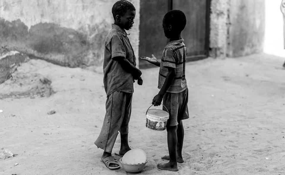Dos talibés comparten el dinero de las limosnas en Kaolack. Si los niños vuelven a la daara sin dinero son víctimas de malos tratos y abusos por parte de su marabú. Muchos de ellos, prefieren dormir en las calles a volver a la daara a la noche. Normalmente, el dinero requerido a diario a cada niño suele ser de unos 500 CFA (algo menos de un euro), aunque puede variar de una daara a otra.  IÑIGO ALZUGARAY