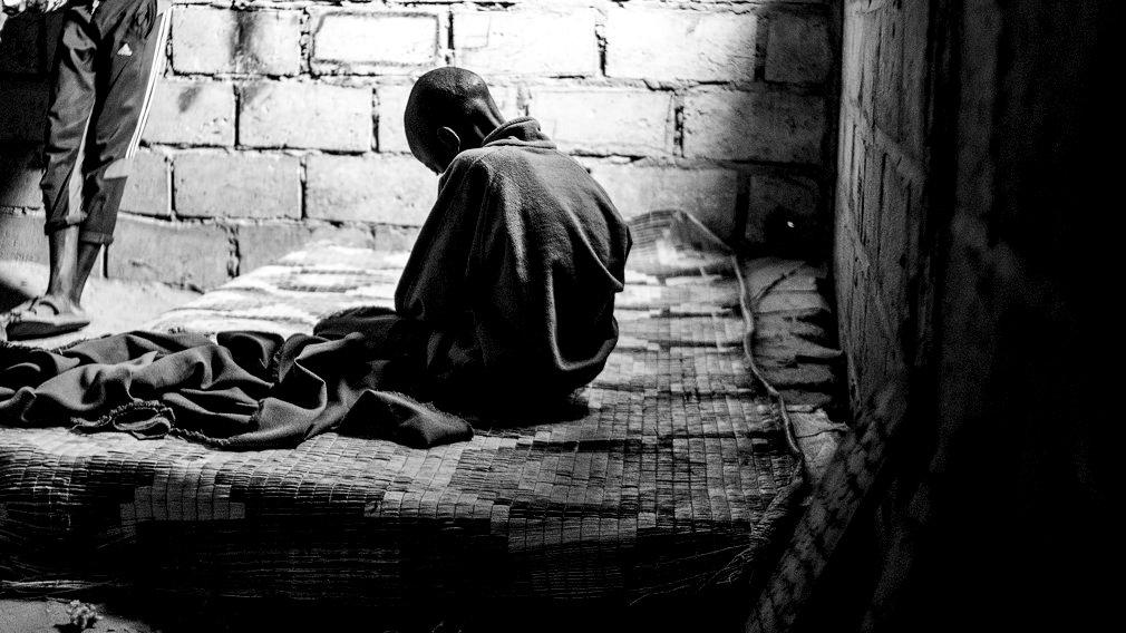 Un niño talibé enfermo reza en una daara de Saly Velingara. Los niños talibés carecen de asistencia médica y las condiciones insalubres en las que viven hace que las enfermedades se contagien entre ellos con suma facilidad. IÑIGO ALZUGARAY