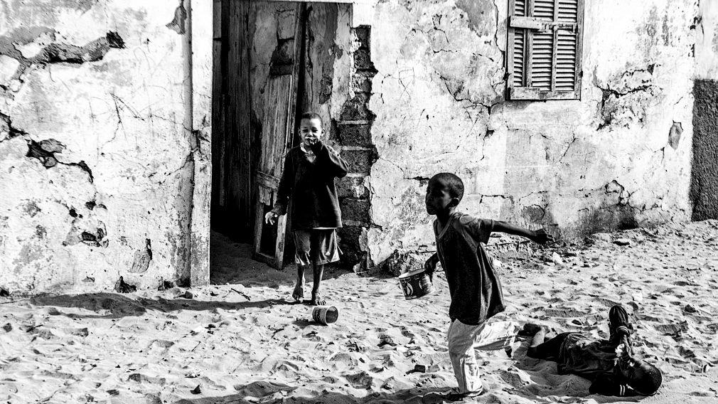 Varios talibés juegan a las puertas de su daara en Saint Louis. Los talibés, son los considerados niños mendigos esclavos de Senegal. Proceden de pueblos del interior o de países vecinos como Gambia y Guinea Bissau, y son enviados por sus padres a la ciudad para estudiar en las escuelas coránicas, llamadas daaras. IÑIGO ALZUGARAY