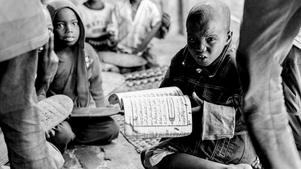 Un niño talibé recita con miedo la lección del Corán en una daara de Saint Louis. Es habitual que el marabú ejerza la violencia física con los niños, sólo por el hecho de no saber la lección. En la mayoría de las daaras sólo les enseñan el Corán por lo que muchos talibés son analfabetos al llegar a edad adulta. IÑIGO ALZUGARAY